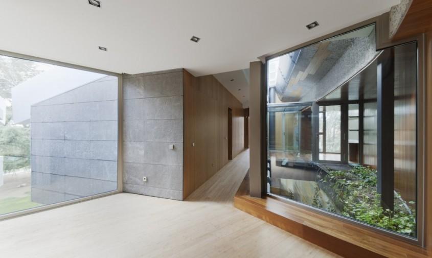 Casa North Face - O casa moderna integreaza ruine ale unei constructii anterioare
