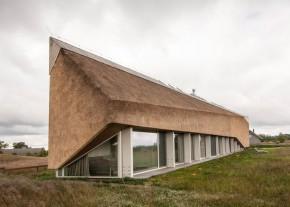 Casa Dune - Forme sculpturale pentru acoperisul din stuf al unei case de vacanta