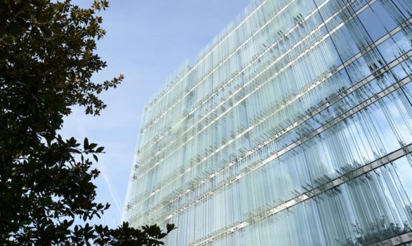 Cladire ventilată natural licărește în soare asemeni unui miraj - Cladire ventilată natural licărește în soare