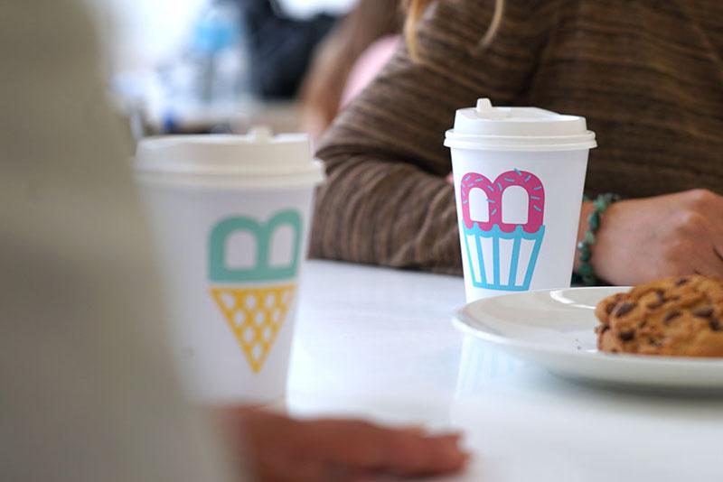Diverse obiecte cu logo-ul NUBO - Un loc de joacă amenajat pentru a fi dinamic și
