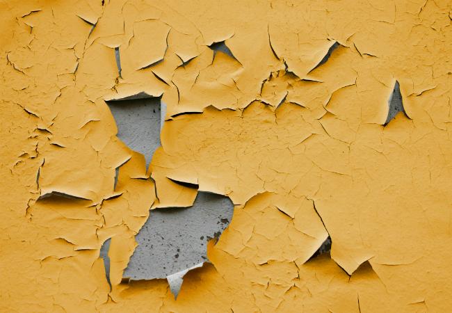 Fisuri cu desprinderi de tencuiala - Care sunt si cum identifici problemele unei fatade tencuite