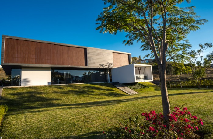"Casa MK - Resedinta contemporana construita in jurul ""unei paduri de stejari"""