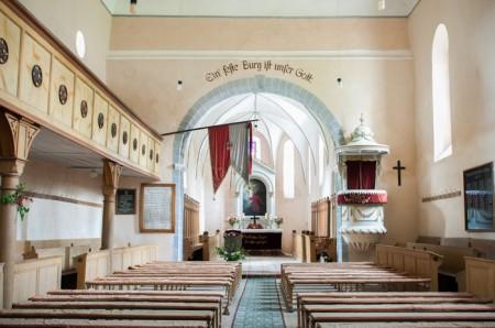 Interiorul restaurat al Bisericii Fortificate - Casele de Oaspeti Cincsor - o restaurare excelenta pentru turismul autentic