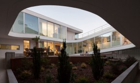 O casa ca o fortareata cu o generoasa curte interioara - O casa ca o fortareata cu o generoasa curte interioara