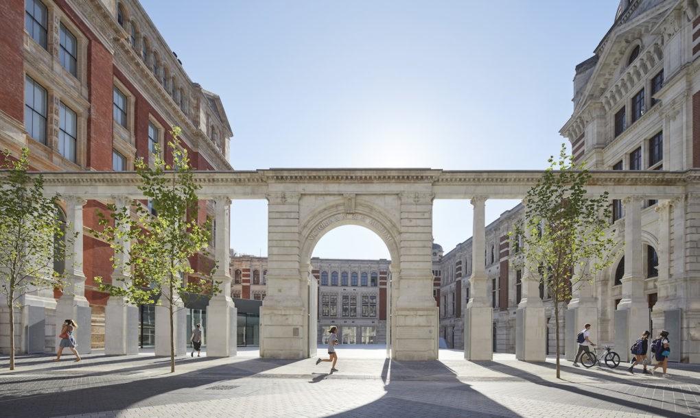 Prima curte interioara placata cu portelan apartine Muzeului V&A, Londra - Prima curte interioara placata cu portelan apartine Muzeului V&A, Londra