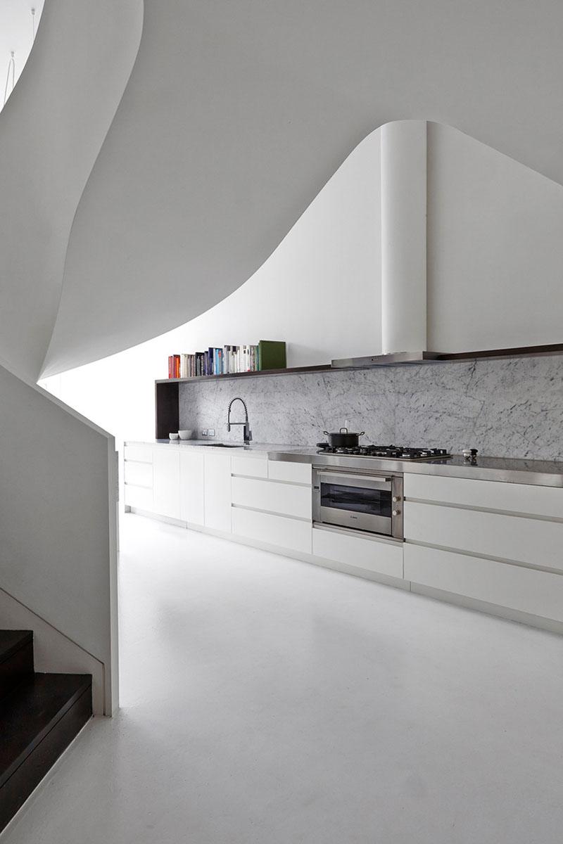 white-kitchen-stone-backsplash-090217-1030-06 - Idei si materiale pentru panourile de perete dintr-o bucatarie alba