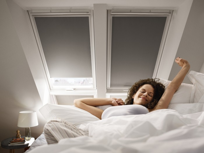 Ruloul opac are efect de întunecare - Cum îți protejezi eficient mansarda împotriva căldurii și a insectelor