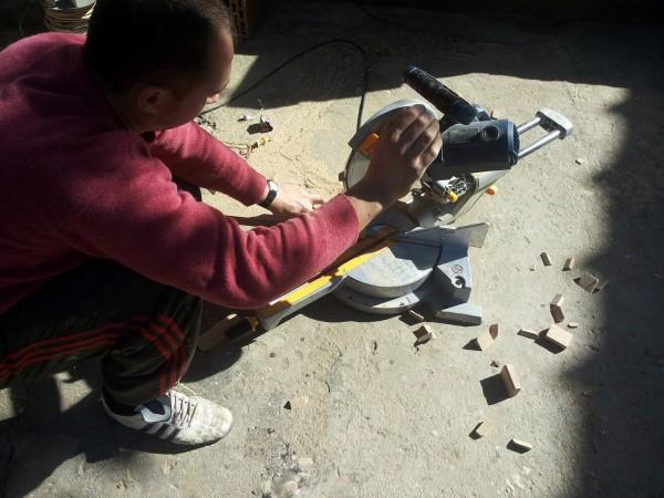 """Curatarea suprafetei pentru montajul treptelor din lemn - Montaj trepte cu """"nas"""" din lemn masiv de stejar - MC PRO"""