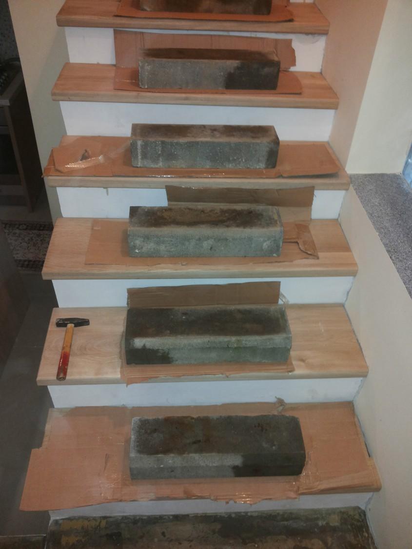 """Pe fiecare treapta in parte se aseaza greutati - Montaj trepte cu """"nas"""" din lemn masiv"""