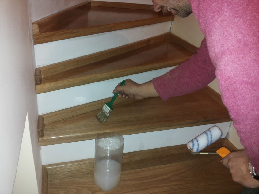"""Aplicarea primului strat de lac pe treptele din lemn - Montaj trepte cu """"nas"""" din lemn"""