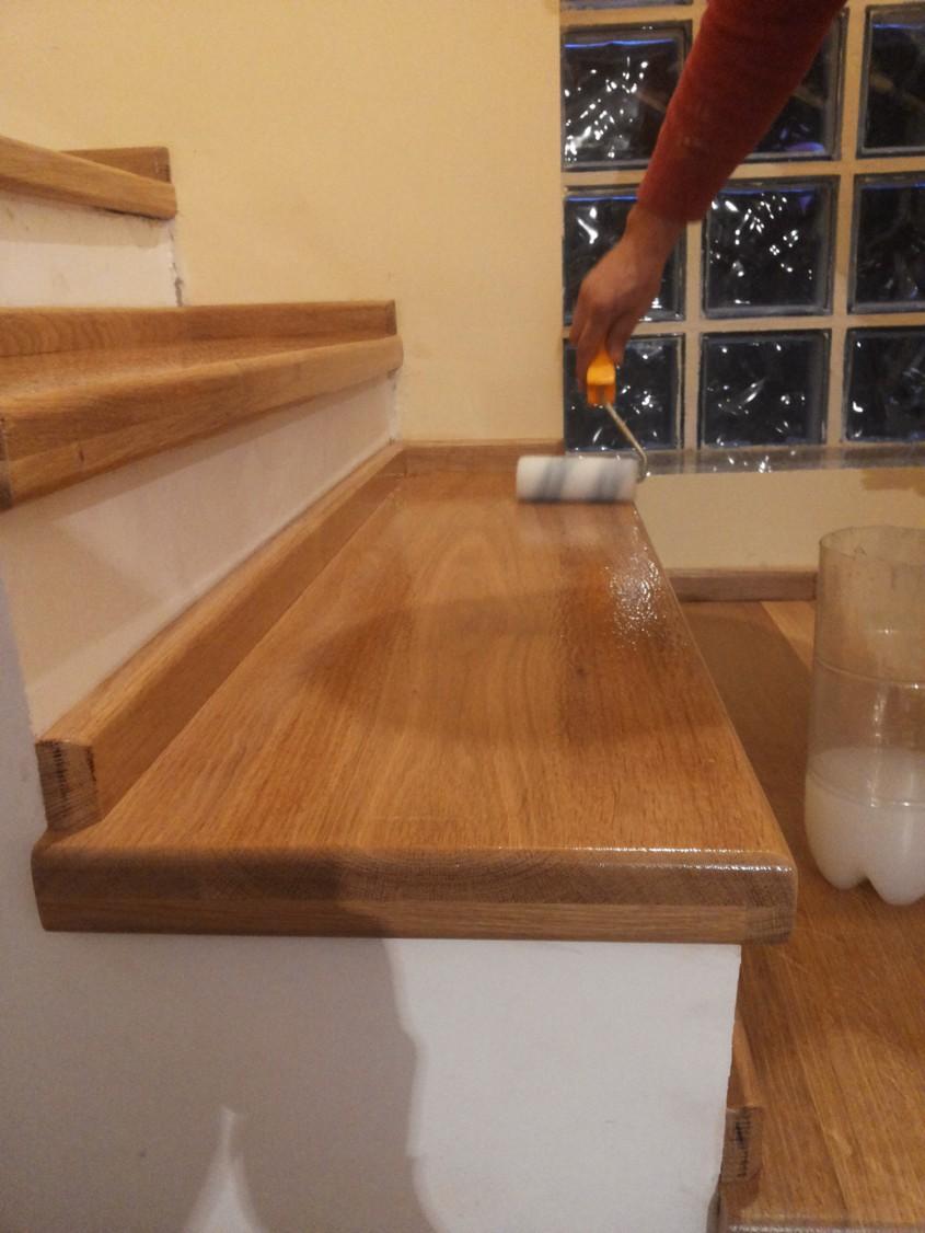 """Aplicarea lacului pe treptele din lemn - Montaj trepte cu """"nas"""" din lemn masiv de stejar"""