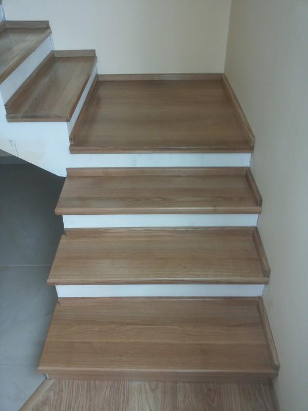 """Lacuirea in 3 straturi a treptelor pentru o buna rezistenta - Montaj trepte cu """"nas"""" din lemn masiv de stejar - MC PRO"""