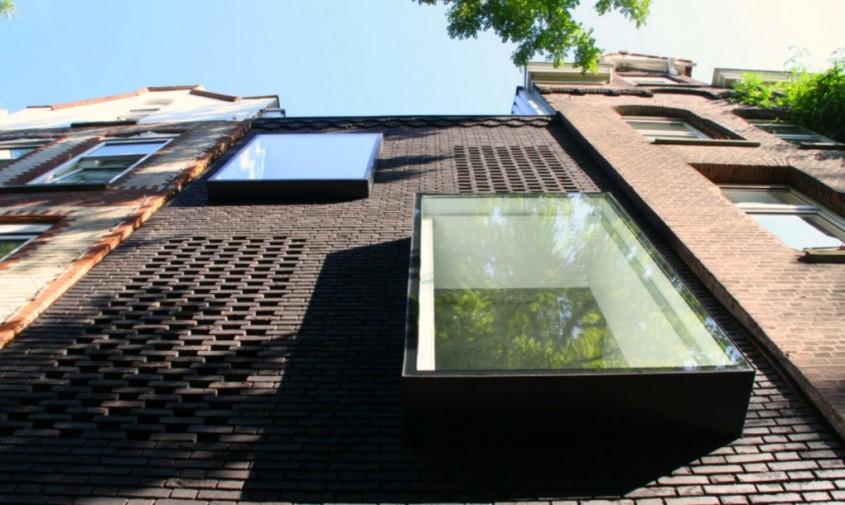 Un teren ingust intre alte case gazduieste o casa luminoasa - Un teren ingust intre alte