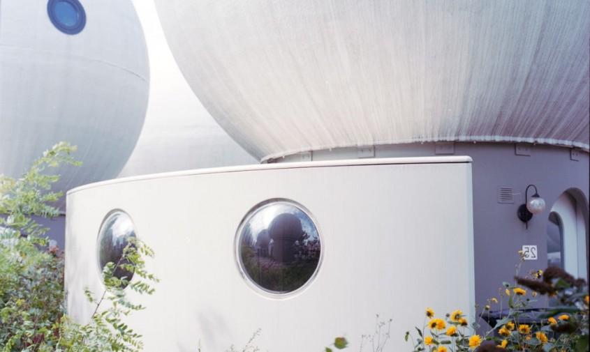 Bolwoningen - 50 de locuinte sferice dau o nota futurista unei comunitati olandeze