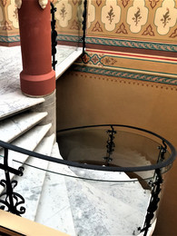 Balustrade din sticla securizata curba realizate in fabrica SPECTRUM - Balustrade din sticlă securizată curbă pentru o scara interioară a cladirii Caru' cu Bere - Bucureşti