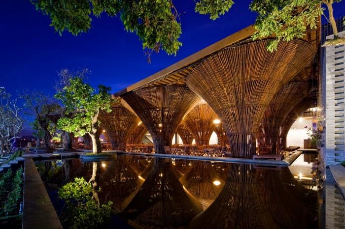 Cafenea în aer liber al cărei acoperiș e susținut de conuri de bambus - Cafenea în aer liber al cărei acoperiș e susținut de conuri de bambus