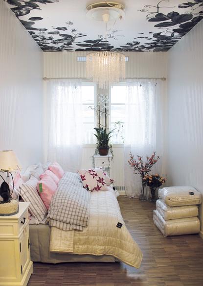 Aveti o camera cu pereti inalti? Decorati-va tavanul! - Culori si tapet decorativ