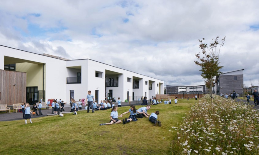 O scoala eficienta energetic regenereaza un teren lasat in paragina - O scoala eficienta energetic regenereaza