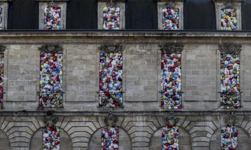 """Instalatia """"The Plastic We Live With"""" - O clădire istorică ce """"explodează"""" cu plungi de plastic!"""