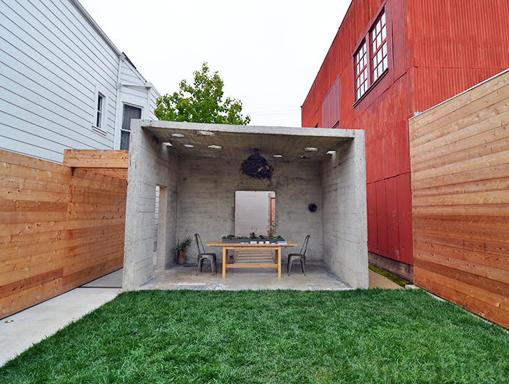 Desi pare un buncar spatiile interioare sunt generoase si luminoase - Desi pare un buncar spatiile