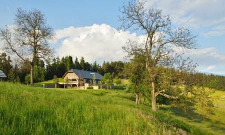 Casa Vrhe - O casă modernă, rezultată din amenajarea unui hambar de paie