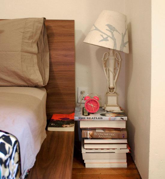 Un teanc de reviste in loc de noptiera - Cu ce poți înlocui o noptieră? Idei