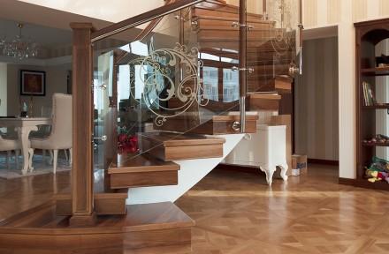 scara clasica cu trepte de lemn si balustrada din sticla pe curb - Scari metalice cu trepte din sticla, lemn sau inox