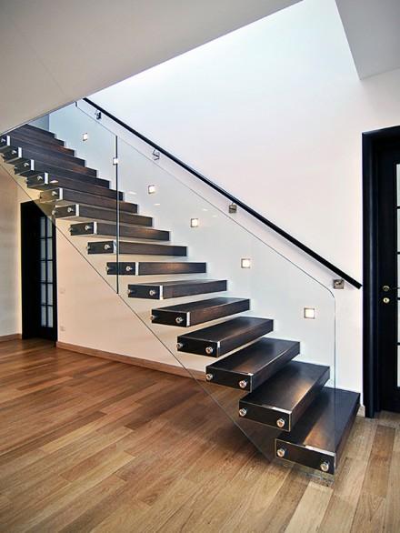 scara incastrata cu trepte de lemn si balustrada de sticla - Scari metalice cu trepte din sticla, lemn sau inox