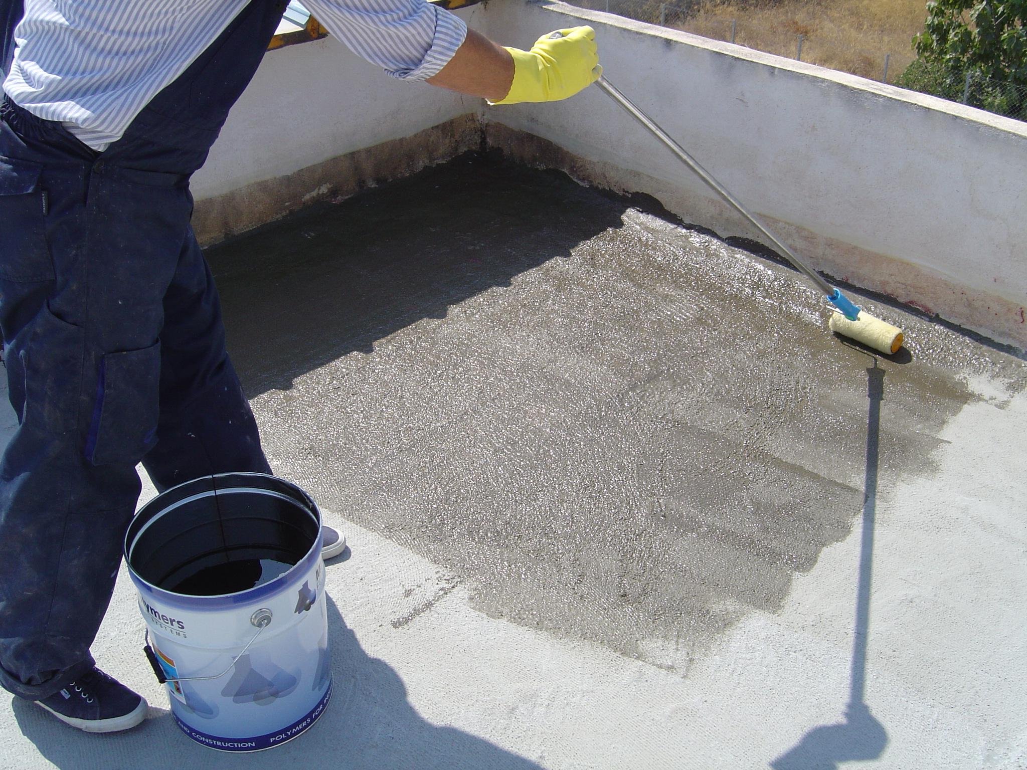 Aplicarea amorsei - Hidroizolarea corecta a unui acoperis si protectia membranei cu materiale reflexive