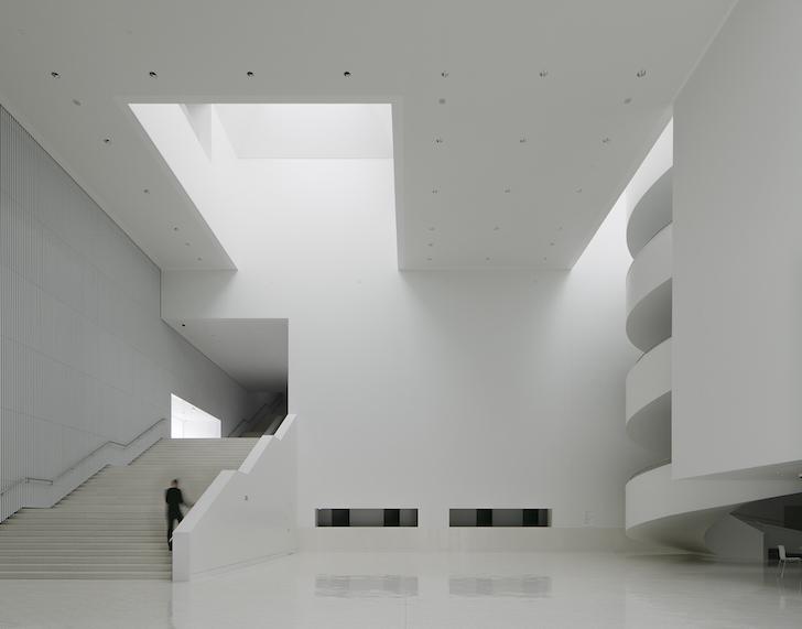 O sala de concerte al carei volum aminteste de un mare bloc de cuart alb -
