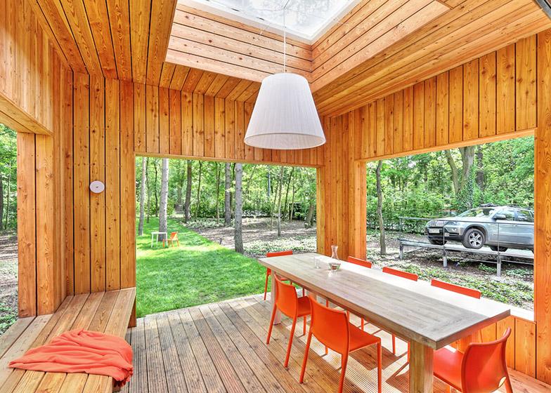 O casa construita in jurul copacilor existenti - Loc de luat masa