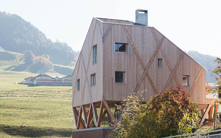 Artist-Studio-by-MoDus-Architects-11 - O casa pe structura din lemn a carei volumetrie imita relieful muntos din imprejurimi