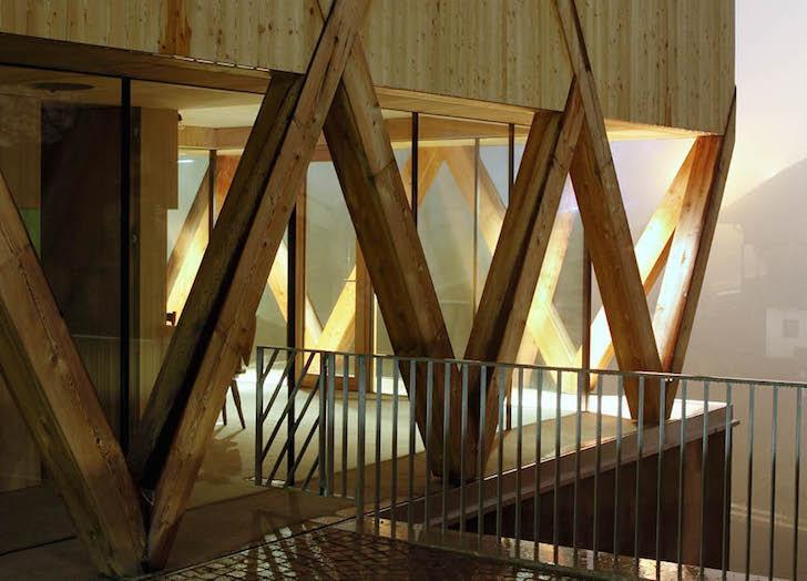 Artist-Studio-by-MoDus-Architects-2 - O casa pe structura din lemn a carei volumetrie imita relieful muntos din imprejurimi