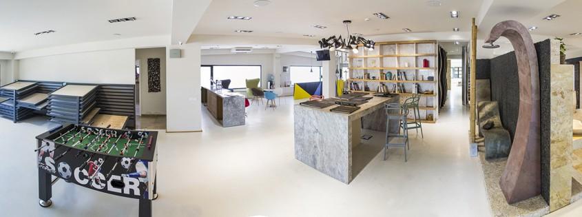 De la stanga la dreapta panouri piatra naturala concept cafenea masa de intalniri concept ardezie flexibila