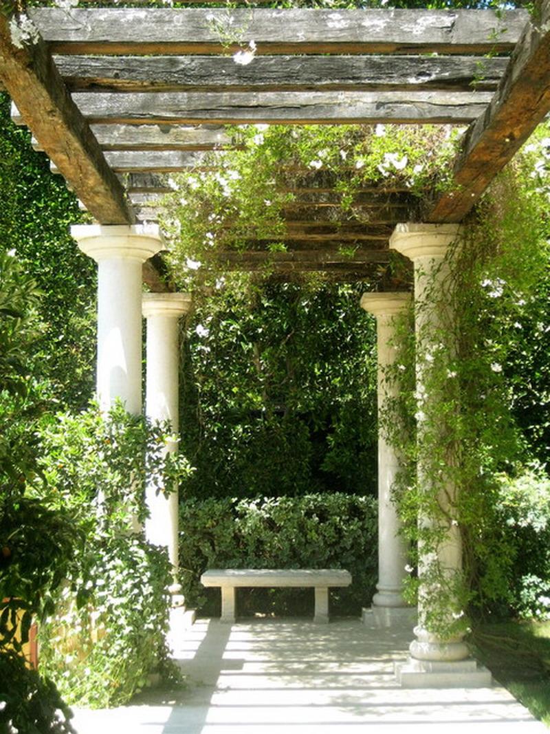 Pergola decorata cu coloane grecesti - Gradina de tip mediteranean