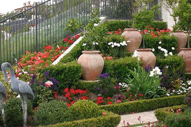 Amenajare cu vase decorative din teracota - Gradina de tip mediteranean