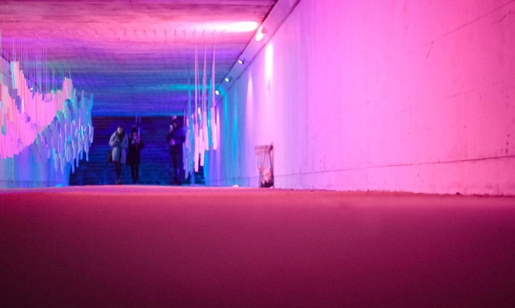 Pasajul subteran transformat intr-un uimitor tunel de sunet si lumina - Pasajul subteran transformat într-un uimitor tunel de sunet și lumină