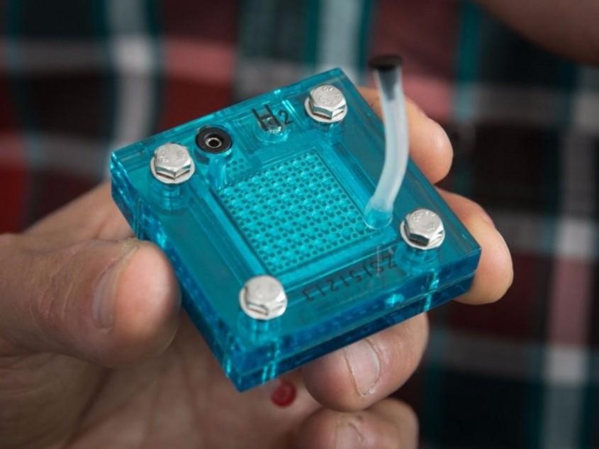 Un dispozitiv nou care utilizează energia solară pentru a produce hidrogen și energie electrică - Un