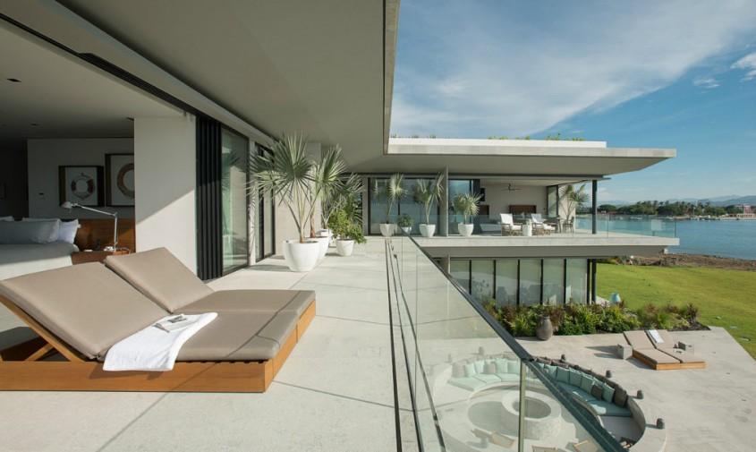 Straturi de vegetatie izoleaza o casa de pe malul marii - Straturi de vegetatie izoleaza o