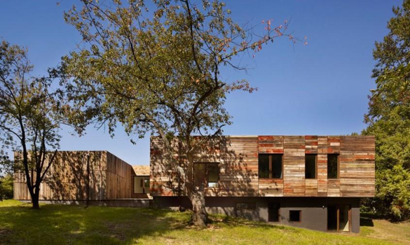 Locuinta luxoasa intr-o veche brutarie - Lemnul masiv reciclat da textura si culoare exteriorului unei case