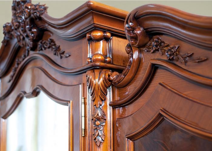 Detaliu sculptura dormitor Poesis - Mobila de dormitor din lemn masiv: standard sau la comanda?
