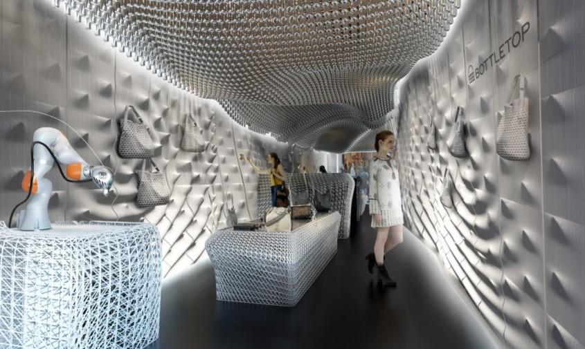 Interiorul unui magazin din Londra amenajat cu sticle din plastic reciclate - Interiorul unui magazin din