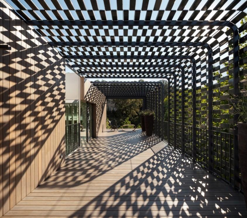 Casa protejata de soare cu ajutorul fatadei din placute ceramice - Casa protejata de soare cu