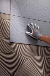 Presarea placii imediat dupa montaj - Exemple de aplicare a gresiei portelanate subtiri pe pereti