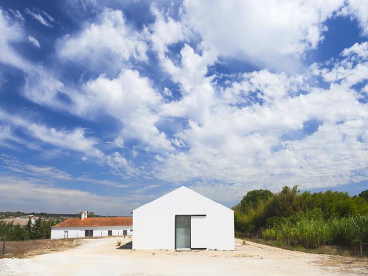 Folosim ce avem la indemana, un grajd poate deveni oricand o casa primitoare - Grajd