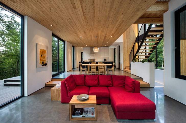 Casa La-Chasse-Galerie - O fatada din lemn natur aduce casa mai aproape de mediul natural inconjurator