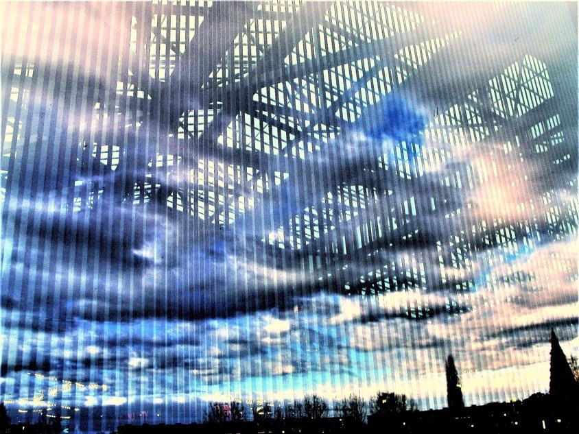 Vedere spre interiorul serei prin geamul serigrafiat cu modele liniare - SPECTRUM INOVATIV & INDUSTRIES -