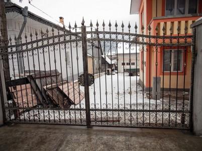 Exemplu de  poarta metalica, cu ornamentalii de fier forjat - Porti metalice