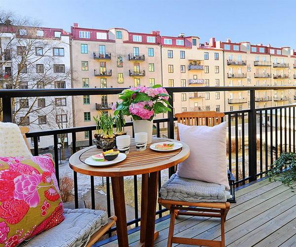 Balcoanele deschise - perfecte pentru varaBalcon finisat si amenajat in stil suedez cu pardoseala finisata cu