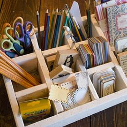 O cutie din lemn compartimentata ajuta la o mai buna organizare (sursa: www.memento-designs.com) - Cutii